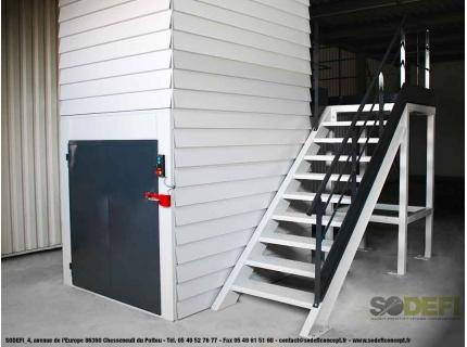 Le monte-matériaux ou monte-charges permet l'élévation verticale des charges jusqu'à 1 tonne. Il permet un gain de place dans les entrepôts industriels. Fabrication française et conception sur-mesure. SODEFI
